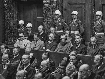 El juicio de Núremberg en la sesión del 30 de septiembre de 1946. Desde la izquierda, Hermann Goering (con gafas negras), Rudolf Hess, Joachim von Ribbentrop, Wilhelm Keitel, Ernst Kaltelbruner y Alfred Rosenberg.