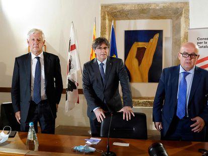 El expresidente catalán Carles Puigdemont (centro) con su equipo jurídico, en una rueda de prensa en Alguer (Italia).