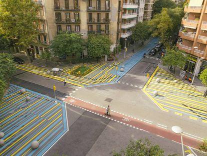 En los últimos meses se ha actuado sobre 50 hectáreas urbanas, cortando calles y quitando carriles de tráfico. En la imagen, el cruce de Rocafort con Consell de Cent.