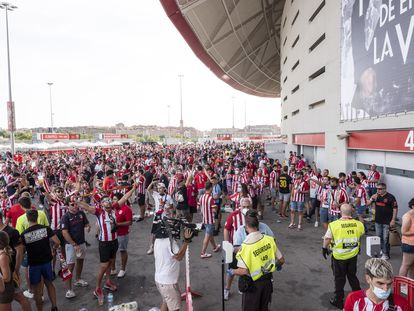 Aficionados del Atletico de Madrid en inmediaciones del estadio Wanda Metropolitano.