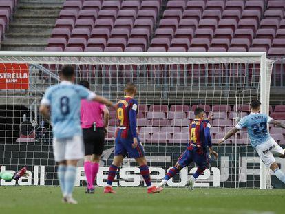 Santi Mina marca su segundo gol ante el Barcelona este domingo en el Camp Nou.