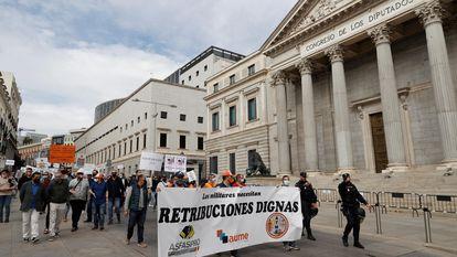 Manifestación de militares para reivindicar la mejora de sus retribuciones este sábado ante la fachada del Congreso de los Diputados.