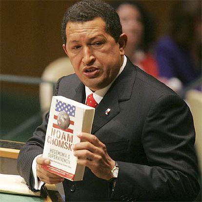 Hugo Chávez muestra en la ONU el libro de Noam Chomsky el pasado miércoles.