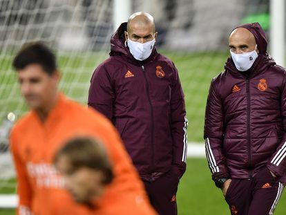 Zidane, en el entrenamiento de este lunes en Mönchengladbach.