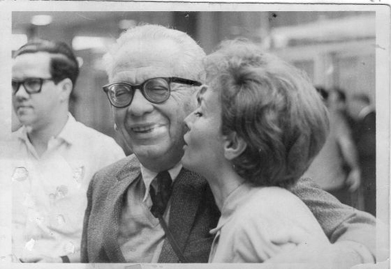Max Aub con su hija Elena, a quien dedicó el poema que permanecía inédito hasta ahora, en La Habana en 1968.