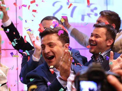 Volodímir Zelenski, en su cuartel electoral en Kiev al conocerse los sondeos a pie de urna el 21 de abril.