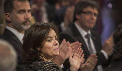 El Rey, con Santamaría y Puigdemont, en su última visita a Barcelona.