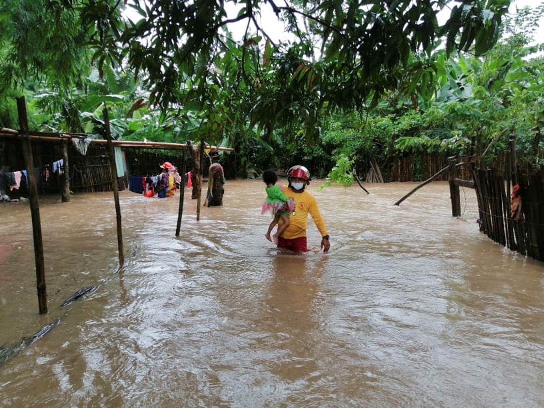 Los bomberos de Honduras inician operaciones de rescate en Tela, en el Caribe, una zona inundada a causa del huracán Eta este lunes.