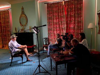 Iker Casillas y el equipo de Movistar+ que hizo la serie documental 'Colgar las alas', acerca de su vida.