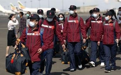 Sanitarios chinos descargan ayuda en el aeropuerto de Adis Abeba, en abril.