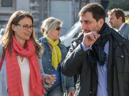 Los exconsellers catalanes Toni Comín (d) y Meritxell Serret, a su salida del tribunal de primera instancia de Bruselas este miércoles.