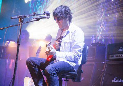 Jason Pierce de Spiritualized tocando en el Instituto de Física Mental de Joshua Tree, en EE UU.