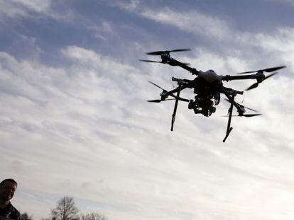 Un policía belga pilota el primer dron de vigilancia usado por la policía de ese país.