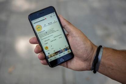 Pablo García muestra en su teléfono móvil el perfil de 'Un Mismo Equipo' en Instagram.