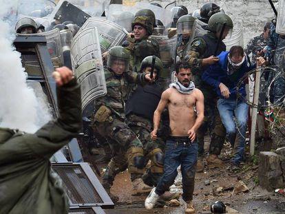 Soldados del ejército libanés se enfrentan con manifestantes durante una protesta contra la decisión del presidente estadounidense Donald Trump de reconocer a Jerusalén como la capital de Israel, en Awkar.