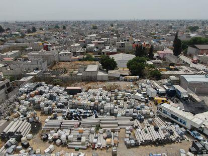 Contenedores y maquinaria para perforación de ductos en un centro de extracción de combustible en el municipio de Ecatepec, Estado de México.