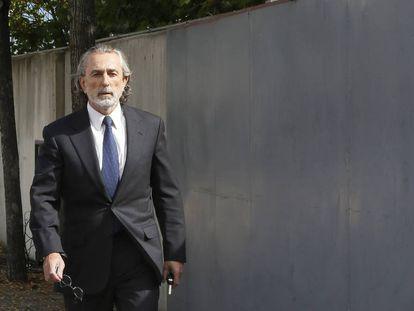 Francisco Correa camina hacia la sala del jucio de la trama Gurtel.