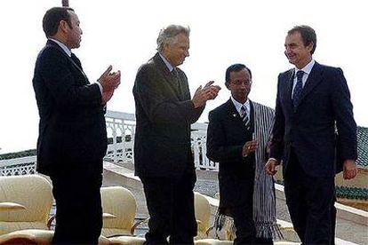 José Luis Rodríguez Zapatero recibe el aplauso del rey Mohamed VI (a la izquierda) y de los otros invitados al 50º aniversario de la independencia de Marruecos, el primer ministro francés, Dominique de Villepin (en el centro), y un representante de Madagascar.
