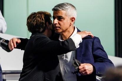 El alcalde de Londres, Sadiq Khan, abraza a su mujer, Saadiya, este sábado después su discurso de reelección.