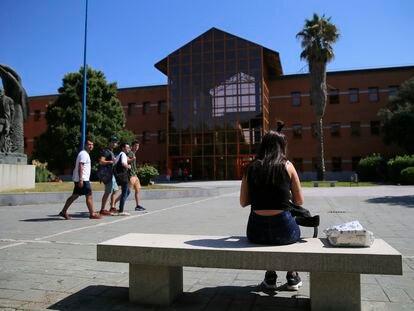 Alumnos delante de la Facultad de Ciencias Jurídicas y Sociales de la Universidad Rey Juan Carlos, en Madrid, en una foto de 2018.