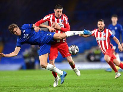 Marcos Alonso y José María Giménez pelean por el balón el miércoles en Stamford Bridge.