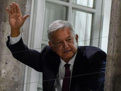 El líder de Morena obtiene un 53% de los votos, según el conteo rápido, 30 puntos más que Ricardo Anaya y José Antonio Meade, que reconocen su derrota antes de conocer los datos oficiales