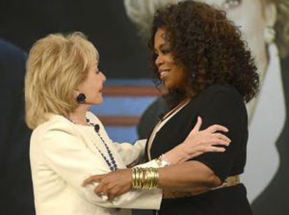 """Barbara Walters abraza a Oprah Winfrey durante la grabación del últlimo programa de """"The View""""."""