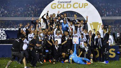 Los mexicanos celebran el título de la Copa Oro.