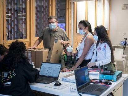 Entrega de ordenadores a 400 familias de la Trinitat Nova