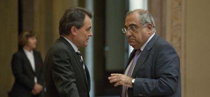 El presidente de la Generalitat, Artur Mas, habla con el jefe del grupo parlamentario del PSC, Joaquim Nadal, en el Parlamento catalán en julio de 2011.