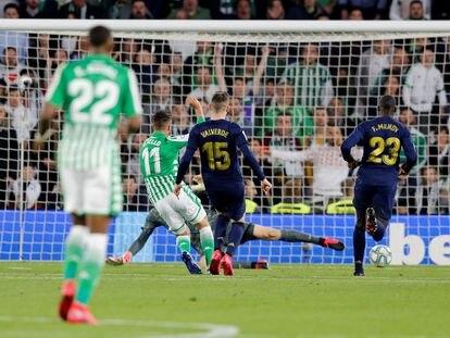 Tello bate a Courtois en el gol de la victoria del Betis, este domingo en Sevilla.