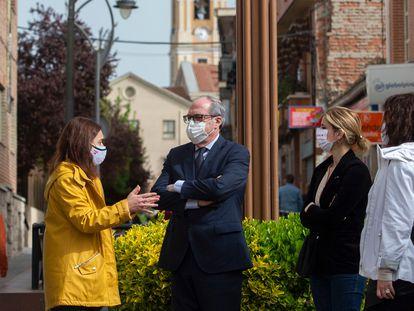 Ángel Gabilondo y la alcaldesa de Getafe, Sara Hernández (chaqueta amarilla) conversan durante una visita a Getafe, el pasado mes de marzo.