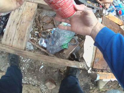 El policía con la lata donde esconde la droga.