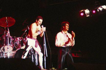 Freddie Mercury con Tony Hadley, de Spandau Ballet, durante un concierto celebrado en 1985 en Auckland (Nueva Zelanda). La actuación estuvo a punto de acabar en desastre debido a la borrachera del líder de Queen, que necesitó la ayuda de varios asistentes para subirse al escenario.
