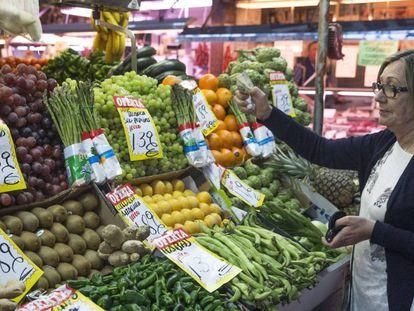 Una mujer en un mercado de Madrid.