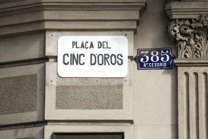 La plaza de Juan Carlos I de Barcelona es conocida popularmente como la plaza del Cinc d'Oros.
