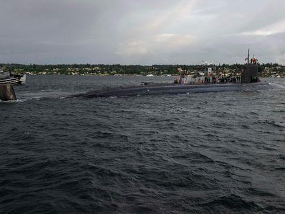 Un submarino nuclear estadounidense abandona la base naval Kitsap-Bremerton, en mayo de este año.