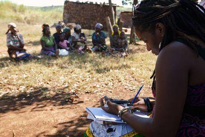 Una asistente legal informa a mujeres mozambiqueñas sobre las directrices voluntarias.