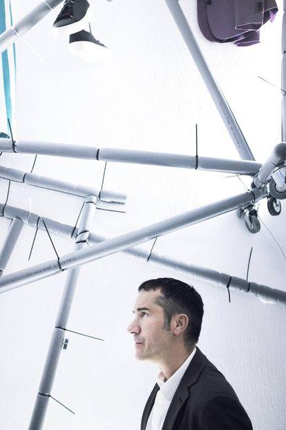 Manuel García, director creativo de la firma García Madrid, frente a la instalación artística de una de sus tiendas en Madrid.