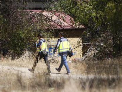 Policías en el lugar donde fue hallada la menor el pasado viernes.