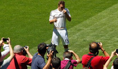 Carvajal besa el escudo en su presentación con el Real Madrid.