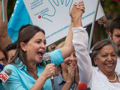Machado y la candidata Pereira en los Teques este lunes.