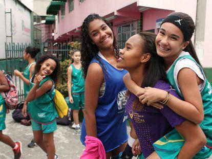 Chicas del equipo de baloncesto Mangueira, en Río de Janeiro (Brasil).