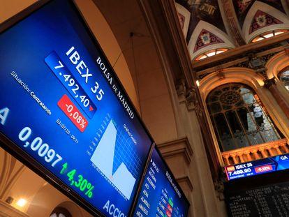 Una pantalla muestra los datos del IBEX 35 en el edificio de la Bolsa en Madrid, este viernes.