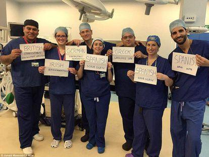 Personal extranjero del hospital Homerton university en una foto difundida por Junaid Masood (izquierda).
