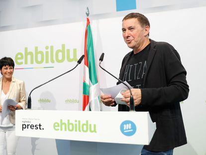 Arnaldo Otegi, y la candidata a lehendakari de EH Bildu, Maddalen Iriarte, el pasado 13 de julio en San Sebastián para analizar los resultados de las elecciones autonómicas vascas.