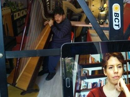 El intérprete MIguel Alcantud da un abrazo musical a una joven dentro del proyecto Música amable.