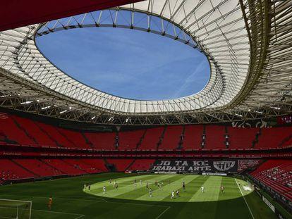 <b>Gradas vacías.</b> ¿Cómo es un partido de fútbol sin afición en las gradas? ¿Y un estadio, como este de San Mamés, en Bilbao, con capacidad para 53.331 espectadores, prácticamente vacío? En la imagen, el Athletic Club y el Real Madrid se enfrentan el 5 de julio en un partido de LaLiga. El silencio casi se puede escuchar.
