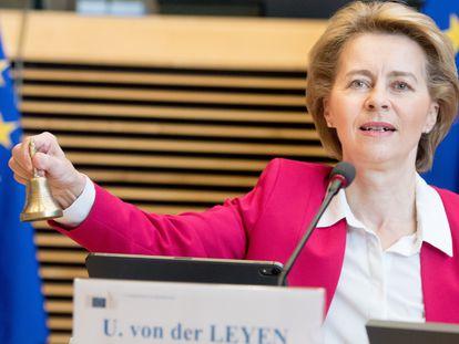 La presidenta de la Comisión Europea, Ursula von der Leyen, anuncia el inicio de la reunión semanal de la comisión, este miércoles.