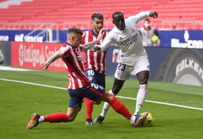 Mendy, defended by Trippier and Correa during Atlético-Real Madrid.